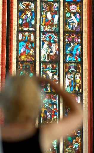 Gläserne Bilderbibel strahlt wieder an der Oder