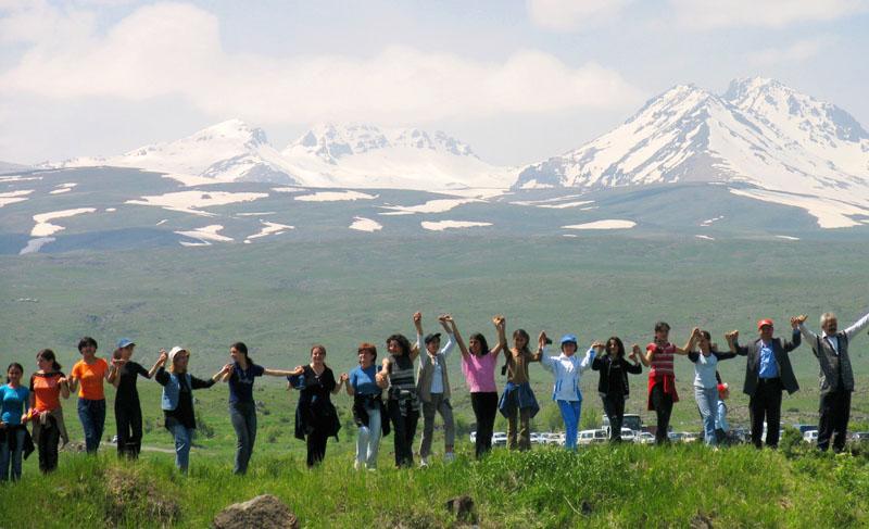Eine 160 Kilometer lange Menschenkette rund um einen Berg in Armenien