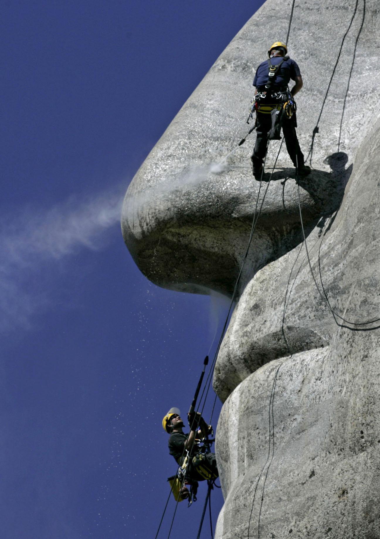 Reinigung des Mount Rushmore National Memorial in South Dakota, USA
