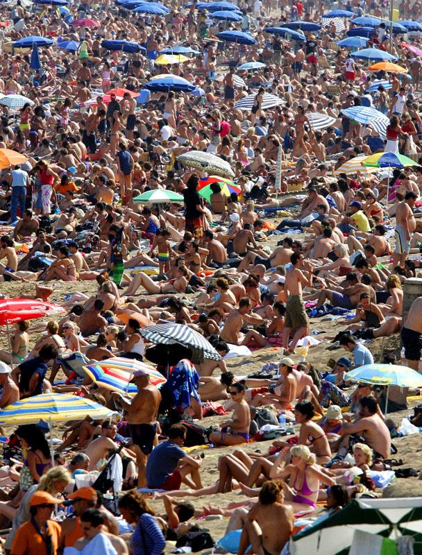 Massenansturm auf Strand in Barcelona