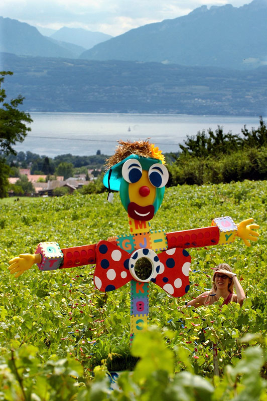 Vogelscheuchen-Kunst in Denens, Schweiz