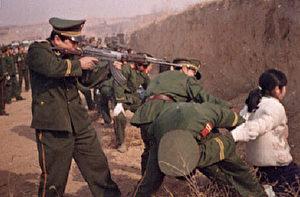 """Vollstreckung des Todesurteils an einer jungen Frau in China. Titelfoto des Buches """"Gepeinigter Drache"""" von Thomas Weyrauch, (Longtaiverlag)"""