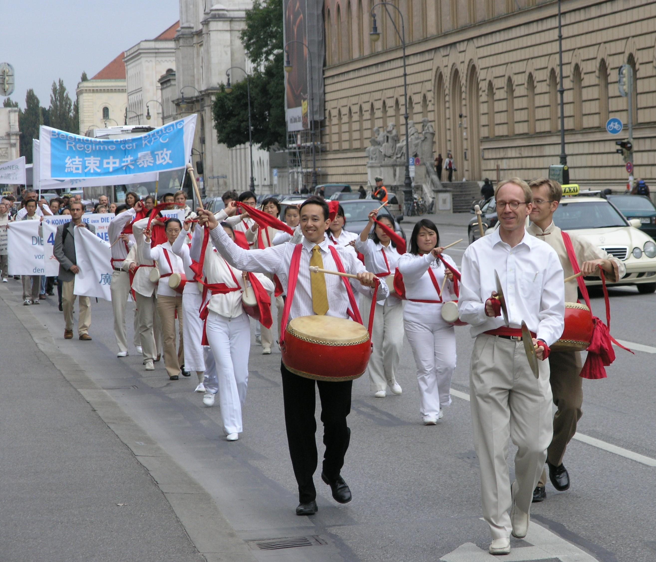 """Demonstration und Trommelwirbel: """"Austreten, schnell austreten"""""""