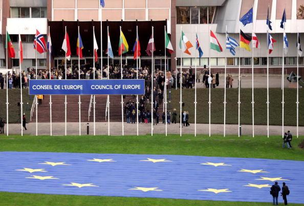 Straßburg, Frankreich: Der Europarat stimmte heute einer Resolution zu, in der die Verbrechen unter kommunistischer Herrschaft international verurteilt wurden. Foto vom 16. Nov. 2005 mit der größten Fahne mit den Symbolen Europas für das Guinness Buch der Rekorde.  (Foto: OLIVIER MORIN/AFP/Getty Images)