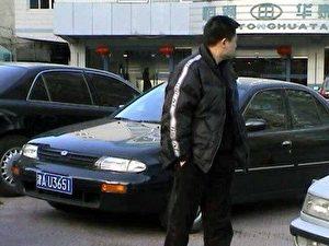 Einer der Zivilpolizisten, die den Anwalt auf Schritt und Tritt verfolgen und in der Vergangenheit auch vor Kollisionen mit fahrenden Autos nicht zurückschreckten.