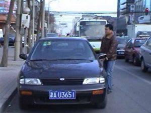Ein anderer Zivilpolizist stieg schnell in das Auto und sie fuhren weg.