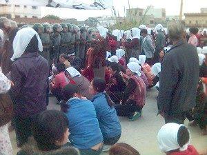 Dorfbewohner bitten die Polizei um Herausgabe ihrer Toten. Sie tragen das in China für die Trauer übliche Weiß. (