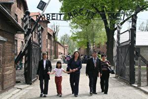 """Niemals wieder: Die Chinesen, die am Forum """"Niemals wieder! - Aufruf an die Welt"""" über die Organentnahme in chinesischen Todeslagern teilnehmen, gehen am 09. Mai 2006 durch das berüchtigte Tor """"Arbeit macht frei"""" von der Gedenkstätte und des Museums von Auschwitz-Birkenau. (Jan Jekielek/The Epoch Times)"""