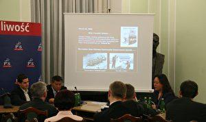 """Interessiert: Dr. Jianmei Yu spricht am 9. Mai 2006 zu einem aufmerksamen Publikum von über 20 polnischen Kongressabgeordneten und Senatoren in den Räumen der """"Gesetz und Gerechtigkeits""""-Partei im Sejm, dem polnischen Parlament in Warschau. (Jan Jekielek/The Epoch Times)"""