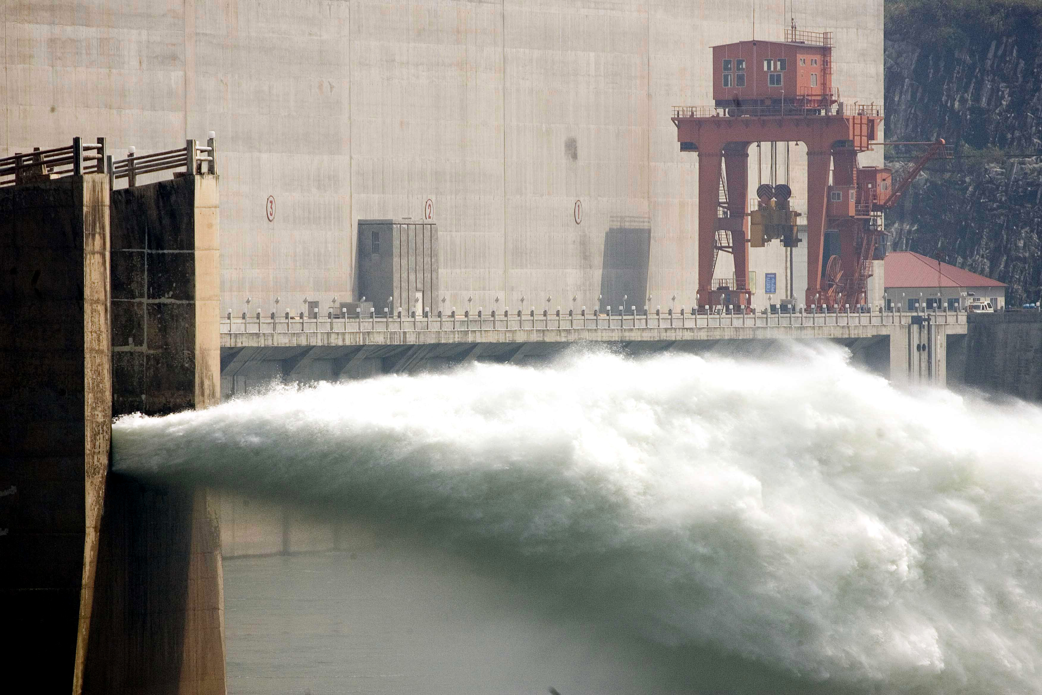Hauptdamm des Drei-Schluchten-Stausees in China fertig