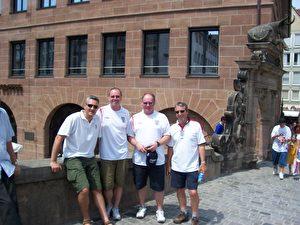 englische Fans auf einer Brücke Nürnbergs (