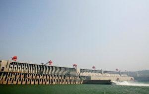 YICHANG, HUBEI - 17.Mai: Gesamtansicht des Drei Schluchten-Staudammes am Jangtse Fluß bei Yichang in der Provinz Hubei. Um den Weg für das Projekt frei zu machen, werden staatlichen Medien zufolge ungefähr 1,3 Millionen Menschen umgesiedelt. (