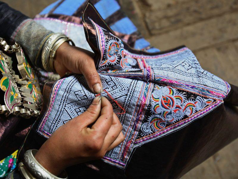 Ari Stickerei besticht mit feinsten Materialien und langer indischer Tradition
