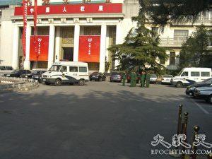 Mehrere Polizeiwagen und Polizisten warten auf ihren Einsatz zur Vertreibung oder Festnahme der Protestierenden. (