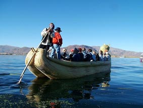 Embarcación de totora, hecha a mano.