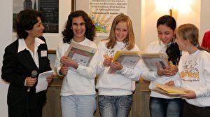 Hourvash Pourkian, die Initiatorin von Switch, mit vier Preisträgerinnen für die schönsten Reisetagebücher. Das sind von links nach rechts: Yasmin (Iran), Leonie (Deutschland), Farahnaz (Afghanistan), Sophie-Marie (Russland) (