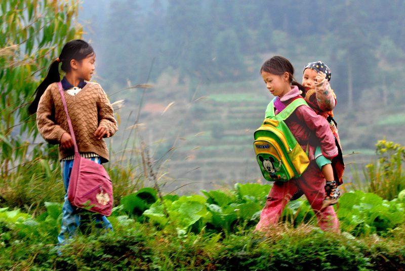Ein kleines Mädchen in den Bergen von Guizhou ….