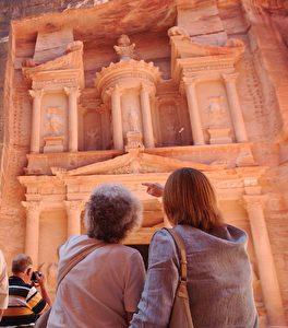 "Das wohl berühmteste Bauwerk Petras, das fast 40 Meter hohe Khazne al-Firaun, das ""Schatzhaus des Pharao"". ("