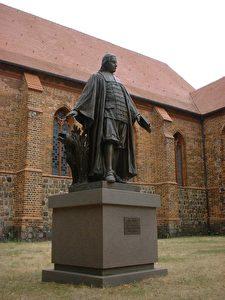 Paul Gerhardt, Denkmal in Mittenwalde bei Berlin. Es wurde am 14. Juli 2001 an der Südseite der Stadtpfarrkirche enthüllt, gefertigt nach der Vorlage des Gipsmodells von Pfannschmidt aus dem Jahre 1905. (