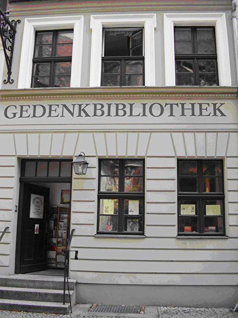 """In den Mauern des historisch restaurierten Nikolaiviertels in Berlin Mitte ist über zwei Hausbreiten die """"Gedenkbibliothek zu Ehren der Opfer des Stalinismus"""" untergebracht. (Foto: Verein.Gedenkbibliothek)"""