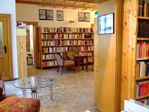 Eine warme Atmosphäre ermöglicht Begegnungen inmitten der reich bestückten Büchersammlung. (
