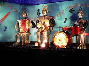 """Roboterorchester """"Les Robots Music"""", elektromechanisches  Orchester von Edouard R. Diomgar und Didier Jouas-Poutrel 1958.  Zustand 2006. (Museum für Kommunikation, Berlin)"""