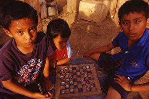 Spielende Kinder in El Castillo. (