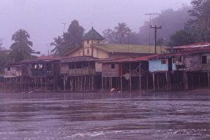 Regenwaldstädtchen El Castillo am Ufer des Río San Juan. (