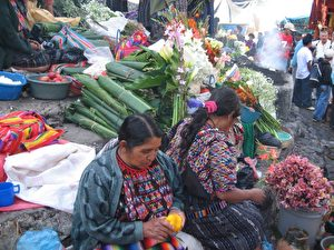 Eine Touristenattraktion: der sonntägliche farbenprächtige Markt von Chichicastenango. Die Treppe der Kathedrale Santo Tomás quillt über vor Blumen- und Weihrauchspenden. Während von der Kanzel die Messe gelesen wird, beten die Bauern vom Land ihren Gott an: kniend an einem selbst gebastelten Kerzenaltar auf dem Boden.