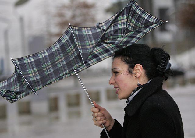 Der Regenschirm hält Sturm Kyrill Anfang dieses Jahres nicht stand. Trotz Kyrill: die Anzahl der Stürme in Deutschland hat abgenommen. (Foto: Sean Gallup/Getty Images)