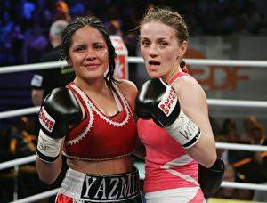 Erschöpft aber zufrieden: Ina Menzer und Jasmin Rivas nach ihrem Kampf in Düsseldorf