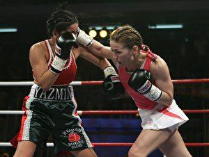 Krachend schlägt die Rechte von Ina Menzer bei Jasmin Rivas ein. (