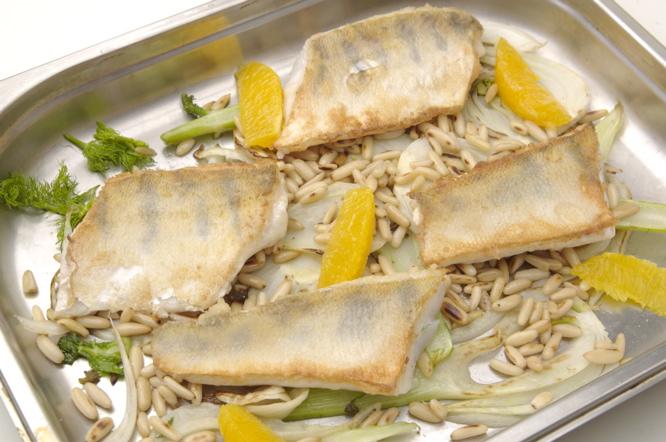 Fisch-Rezept: Zander auf Fenchelgemüse dazu Pinienkerne und Orangen