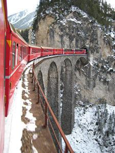 Als wahres Meisterwerk der Bahnbaukunst gilt der auf sechs eleganten Bogen von je 20 Metern Spannweite ruhende Landwasserviadukt. Ein Schmuckstück von 130 Meter Länge. (