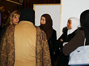 Sylvia Canel (FDP) im Gespräch mit Ahmadiyya-Muslimas über Männer, Frauen und Kopftücher. (Heike Soleinsky)