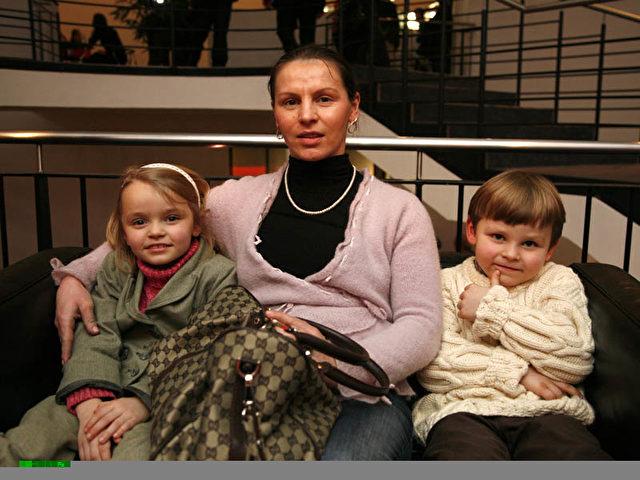 Die Trommeln gefielen der kleinen Janette und ihrem Bruder Sven Großkreuz am Besten. (Foto: Matthias Kehrein)