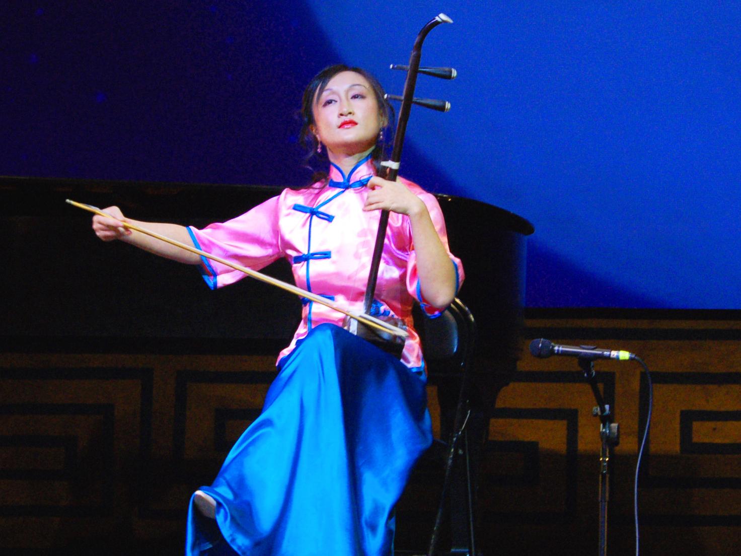"Erhu-Spielerin Xiaochun Qi verzaubert im ""Shen Yun Chinese Spectacular"" ihr Publikum"
