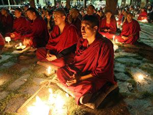 Tibetische buddhistische Mönche beim Gebet im Tempel seiner Heiligkeit Dalai Lama. (AFP Photo/Manan Vatsyayana)