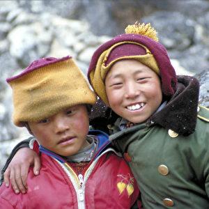 Der achtjährige Dhondup und der zehnjährige Tamding waren die einzigen Jungen in der Gruppe bei der Flucht im Jahr 2000. (Jörg Arnold)