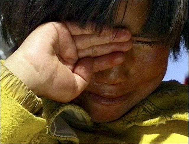 Dolkar weint. Neben den Strapazen des Weges ist die Trennung von ihren Eltern das größte Trauma für die Sechsjährige. (ZDF/Richard Ladkani)