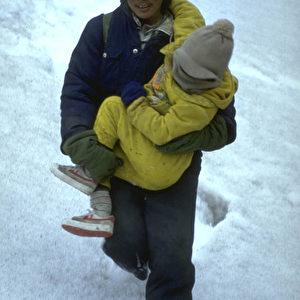Die Flucht im Jahr 2000: Für die kleinen Kinder ist das Gehen im Schnee zu beschwerlich, dann müssen sie von den Erwachsenen getragen werden. (Jörg Arnold)