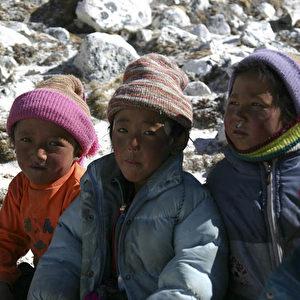Gezeichnet von den Strapazen der Flucht. Diese drei Flüchtlingskinder hatten das Glück, von ihren Müttern begleitet zu werden. (Christian Gatniejewski)