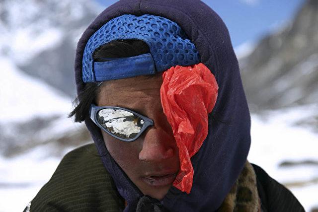 Fünf Jugendliche auf der Flucht durch die Berge. Um nicht schneeblind zu werden, brauchen sie Sonnenbrillen. Sie haben aber nur drei… Deshalb müssen eine halbe Brille und eine Plastiktüte zum Schutz gegen die starke UV-Strahlung herhalten. (Christian Gatniejewski)