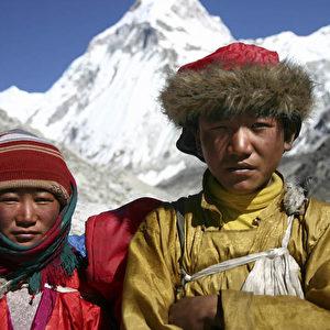 Ein junges Mädchen und ein Junge aus Tibet auf ihrer Flucht im November 2007. (Christian Gatniejewski)