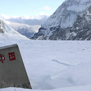 'Reich der Mitte' steht auf dem Grenzstein an der tibetisch-nepalesischen Grenze. (Christian Gatniejewski)