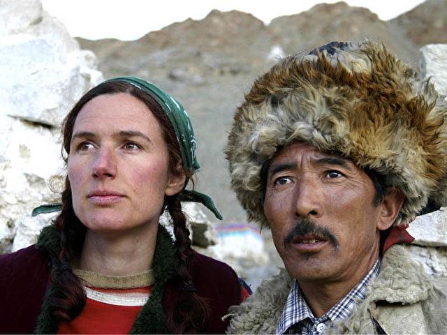 Der tibetische Fluchthelfer Kelsang Jigme und Maria Blumencron bei einem Ausflug an die indisch- tibetische Grenze im Sommer 2005. (Tao Maleta)