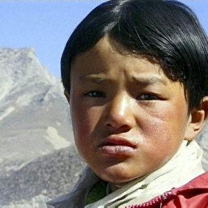 Die ebenfalls sechsjährige Little Pema musste den anstrengenden Weg mit einer schlecht verheilten Bruchstelle am Fuß machen. (ZDF/Richard Ladkani)