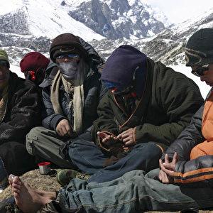 Im März 2007 traf die Gruppe von Maria Blumencron auf fünf junge Flüchtlinge im Alter von 14-19 Jahren mit Erfrierungen. Der erst 19-jährige 'Kelsang der Junge' war ihr Fluchthelfer. Der vermutlich jüngste Fluchthelfer im Himalaja. (Christian Gatniejewski)