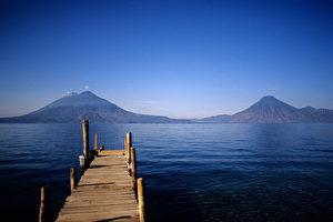 Der Atitlán-see, eingerahmt von den Vulkanen San Pedro, Atitlan und Taliman. (