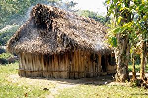 Stroh bedecktes Wohnhaus in Quehueche. (